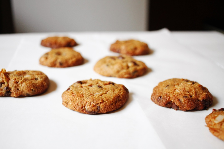 ALMOND BUTTER CHOCOLATE CHIP COOKIES //